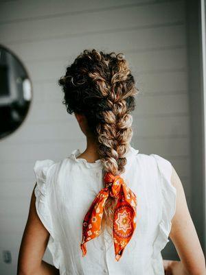Comment nouer un foulard dans les cheveux autour du cou idées methodes