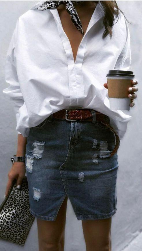 juepe en jean chemise blanche