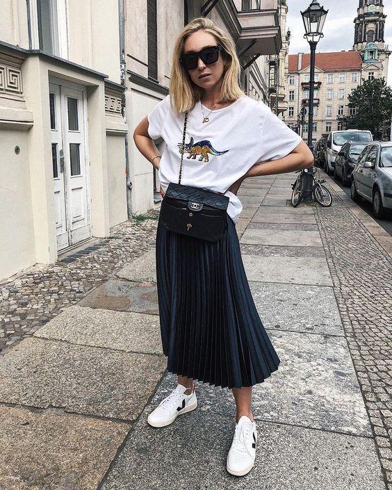 jupe longue noire et t-shirt blanc
